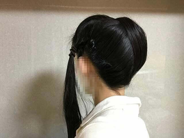 着物の髪型のアップのやり方、手順・すき毛の上に左右の後ろ髪を被せた後ろ姿
