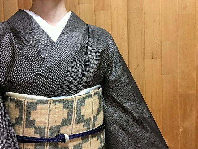 大島紬泥染め単衣訪問着と芭蕉布名古屋帯のコーディネート