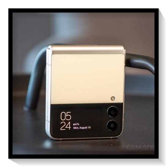 Layar Depan Samsung Galaxy Z Flip3