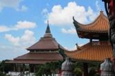 Memandang vihara dari atas pagoda