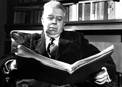 11/12/1960  Eugenio MONTALE nel salotto di casa sua (1896 Genova - 1981 Milano)  Poeta italiano FARABOLAFOTO 391103