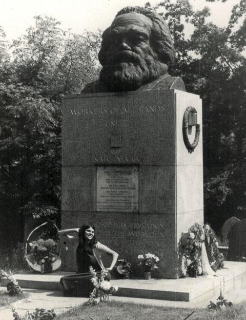 karen-mulhallen-on-karl-marxs-grave