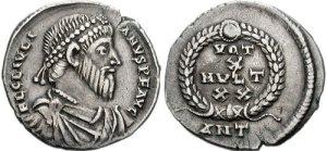 Figura 16) Giuliano II Augusto. 360-363 AD. AR Siliqua (18mm, 2,18 g ). Zecca di Antiochia. FL CL IVLI-ANVS P F AVG, capo barbato diademato con perle, busto corazzato e drappeggiato rivolto a destra / VOTIS /X/ MVLTIS/XX in quattro righe inscritto in una corona d'alloro; ANT. RIC VIII 214; RSC 147a. (www.cngcoins.com)