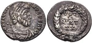 Figura 20) Giuliano II Augusto. 360-363 AD. AR Siliqua ridotta (16 mm, 2.01 g, 11h). Zecca di Arelate. DN FL CL IVLI-ANVS P F AVG, capo diademato con perle, busto corazzato e drappeggiato rivolto a destra / VOTIS /X/ MVLTIS/XX in quattro righe inscritto in una corona d'alloro; TCONST. RIC VIII 310; RSC 148†c. (www.cngcoins.com)