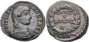Figura 7) Giuliano II Cesare. 355-360 AD. AR Siliqua (18mm, 2.12 g, 5h). Zecca di Arelate. FL IVLIANV-S NOB CAES, capo scoperto, busto corazzato e drappeggiato rivolto a destra / VOTIS V/ MVLTIS X inscritto in una corona; TCONS. RIC VIII 264; RSC 154b. (www.cngcoins.com)