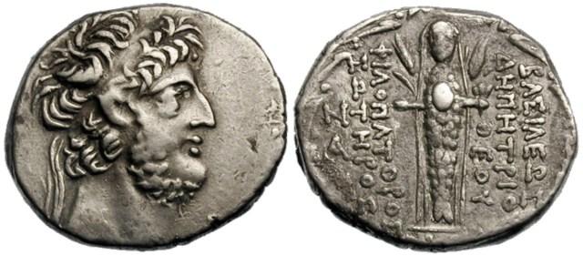 Figura 8: La raffigurazione di Atargatis, velata, dal corpo di pesce, fiancheggiata da steli d'orzo, che porta in mano un fiore sul verso di una moneta di Demetrius III Eucaerus.