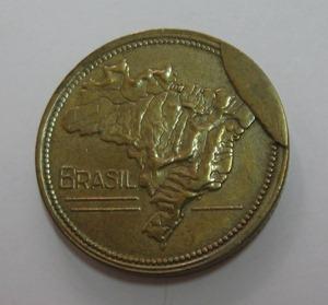 Moeda brasileira onde temos o mapa do brasil e uma parte na lateral da moeda onde não houve batida do cunho