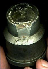 Imagem de um cunho faltando um bom pedaço na lateral onde altera drasticamente a qualidade da moeda a ser cunhada