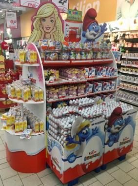 Überraschungseier von Kinder/Ferrero mit Schlumpf-Motiven in einer hoch aufragenden Zweitplatzierung.