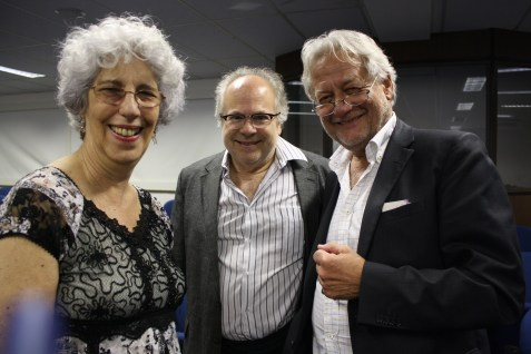 Os organizadores do evento, professora Marijane Lisboa e Dr. Luiz Ramalho, ao lado do palestrante convidado, deputado Wolfgang Kreissl-Dörfler - Foto Julia Dócolas