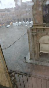 Piazza Maggiore vista desde nuestro hotel bajo la lluvia
