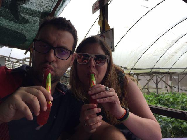 Laura y David comiendo helados de fresa natural en la fábrica de productos de fresas