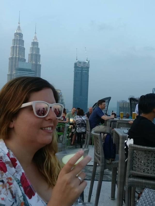 Laura en el helibar tomando un coctel
