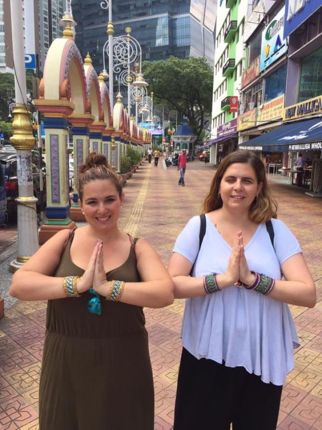 Nuria y Laura con las manos en posición de oración y las pulseras recubriendo los brazos