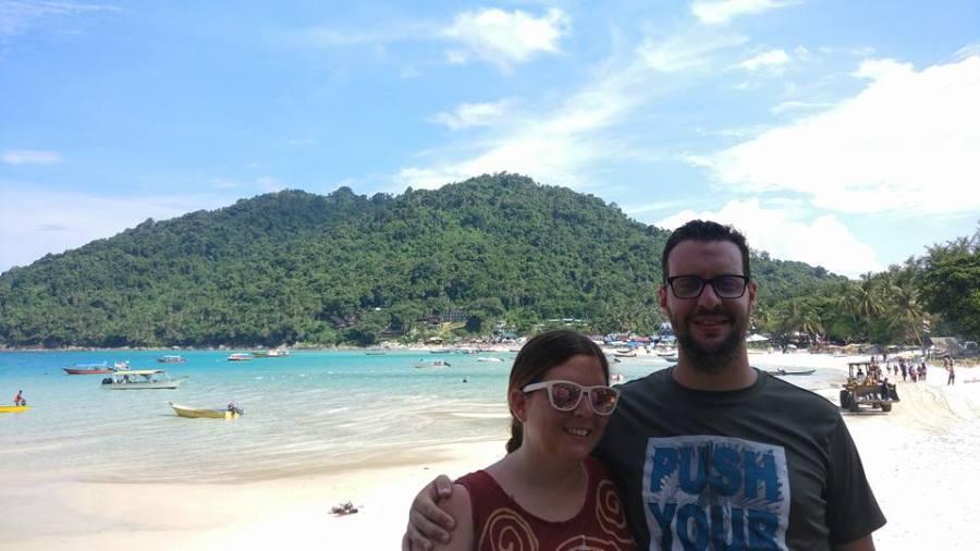 Laura y David con la isla de Perhentian detras