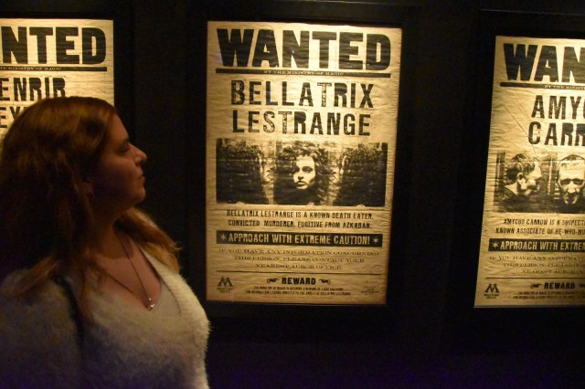 "Laura delante del cartel ""Wanted Bellatrix Lestrange"""