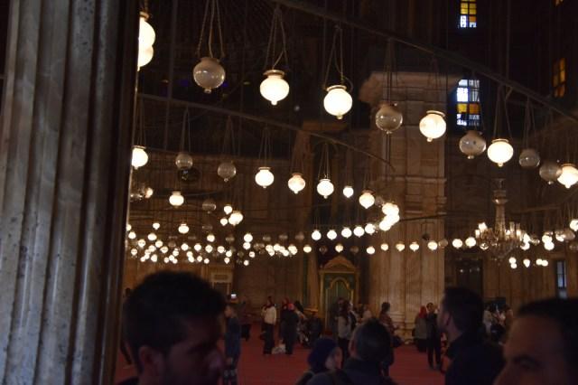 La mezquita por dentro con una vista de sus luces que se distribuyen en circulos concéntricos en el techo