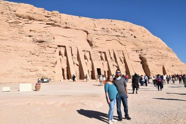 Laura y David delante del templo de Nefertari en Abú Simbel