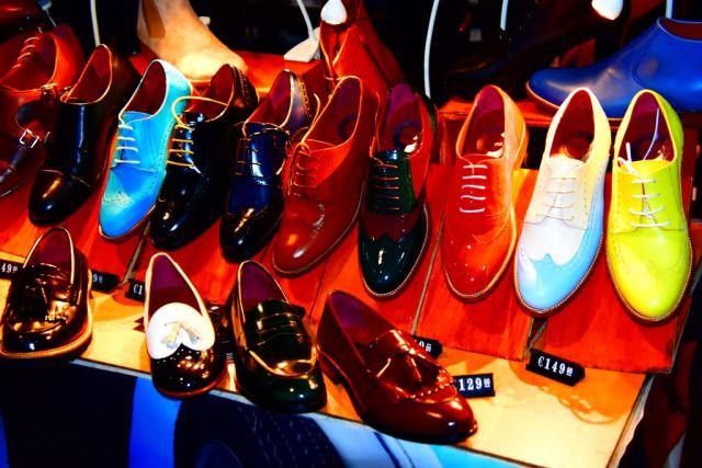 Dos filas de zapatos hechos a mano desde azules hasta negros o marrones