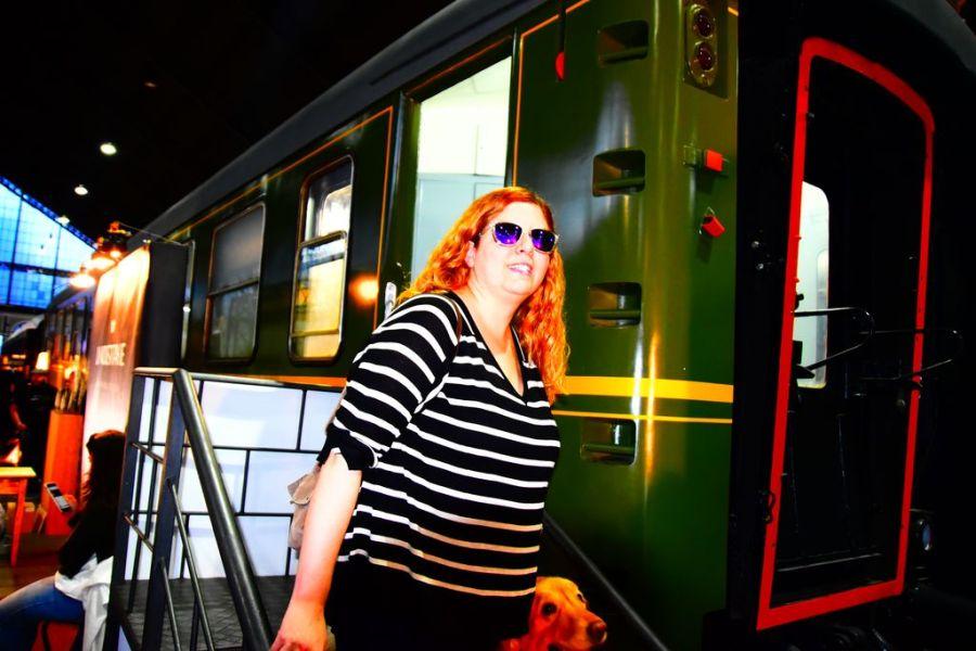 Laura y Grace bajando de la locomotora de exposición de cuadros