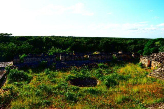 Foto desde arriba d ela piramide, se puede ver el circulo perfecto que escavado en la tierra. Esto es un cenote en medio de la selva