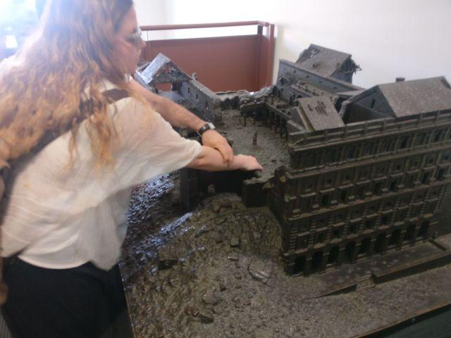 Laura tocando la maqueta gigante que representa el Alcázar