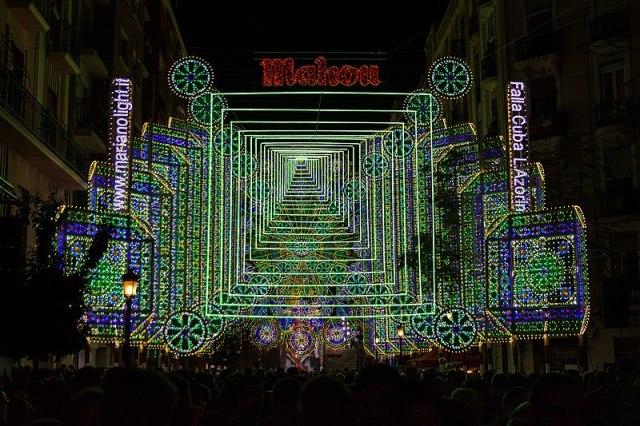 Calle cuba iluminada en tonos verdes, haciendo efecto de profundidad. Se lee Mahou y Falla Cuba