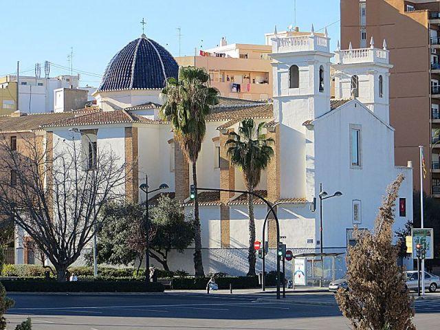 Edificio del museo fallero. Fachada blanca con una pequeña cúpula negra y una torrecita blanca