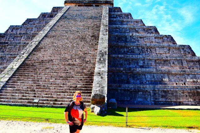 Laura delante de la pirámide de Kukulkán
