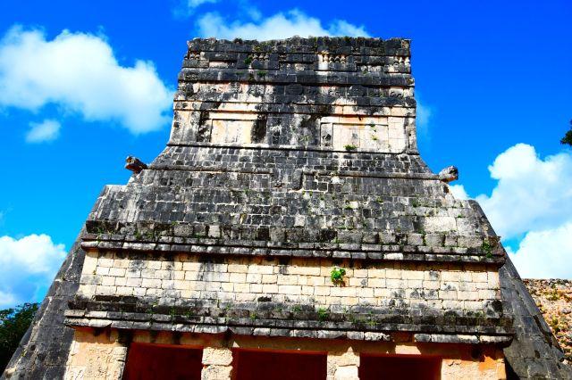 Parte superior de un edificio maya donde se puede ver la figura de pirámide que imitan casi todas las estructuras