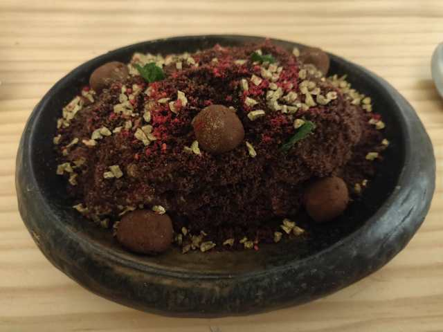 """El postre. """"Tierra de inca"""" parece de verdad tierra, pero esta hecho a base de cacao y frutos secos"""