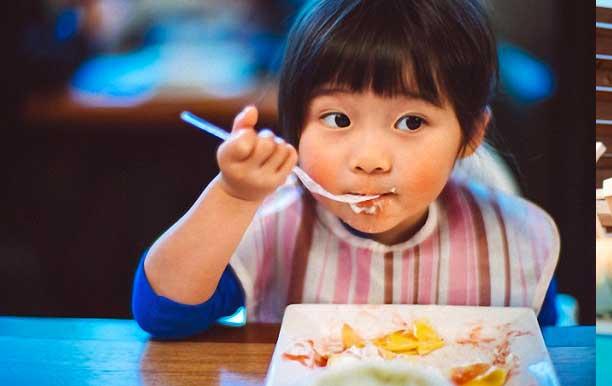 Dạy kỹ năng sống cho trẻ 3 tuổi với kỹ năng tự ăn