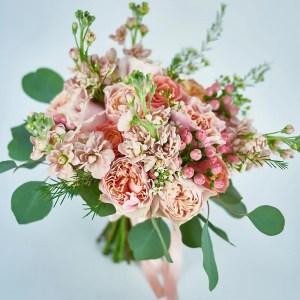 Buchet trandafiri ivoire si roz prafuit, mathiola somon