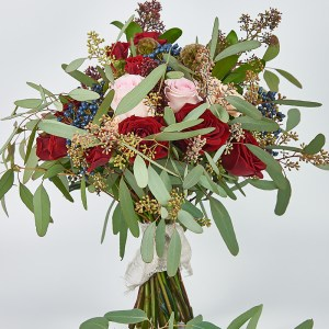 Buchet trandafiri ivoire si roz prafuit, scabiosa, green eucalyptus, sckimmia