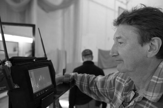 Il regista Stephen Knight sul set