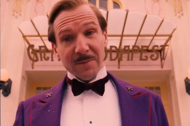 Ralph Finnies è Gustave H in 'The Grand Budapest Hotel' di Wes Anderson