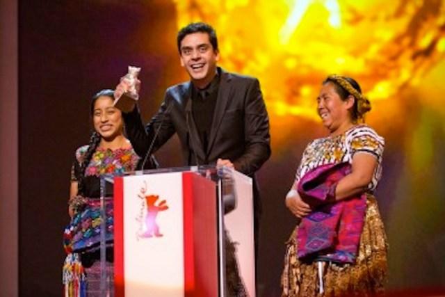 IL regista guatelmalteco Jayro Bustamante con il premio SAlfrd Bauer per il suo Ixcanul, circondato dalle due interreti del film, in costumi Maya