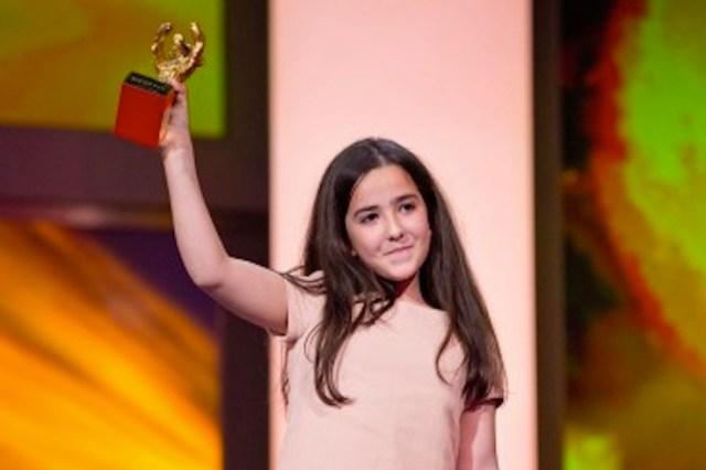 Hanna Saeidi, la nipote di Jafar Panahi, ritira l'Orso d'oro al posto del regista cui è proibito di lasciare l'Iran.