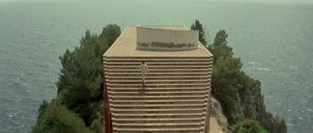 jean-luc_godard_film_le_mepris_escalier_mer_2