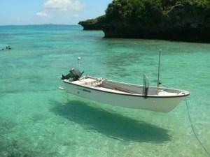 浮かぶ竹富島の船