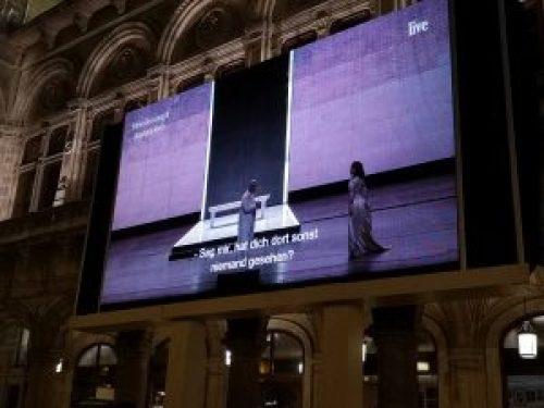 pantallas en los exteriores de la opera