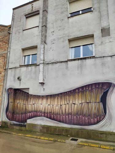 Fachada de una casa pintada en Penellas