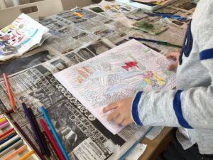 5歳児が塗り絵をしている