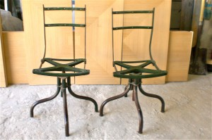 כיסאות אנגליים ערומים לפני צביעת אפוקסי