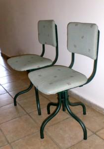 כיסאות משרד צבועים בצבע אפוקסי ירוק בקבוק, מרופדים בבד בסגנון יפני חסין אש.