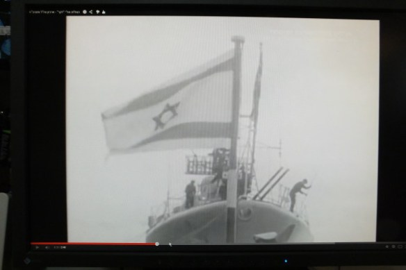 דגל ישראל מונף בחרטום הצוללת דקר, ביום יציאתה מנמל פורסמוט, באנגליה.