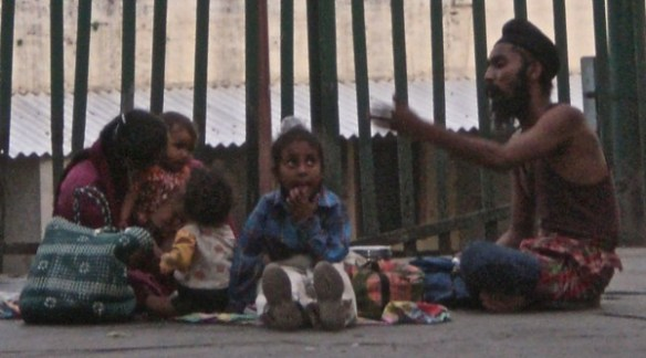 משפחה אוכלת ארוחה על רציף תחנת הרכבת