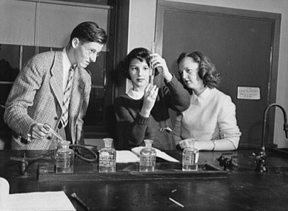 Chemistry students doing lab work at Woodrow Wilson High School in 1943. (Esther Bubley/US Library of Congress | Public domain)