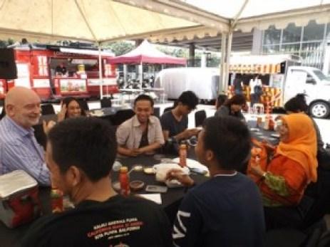 Ngobrolin Ayam Bakar Cuckoo bersama Mr Luc Andre dan Mrs Sabrina Yasmin (foto: Nur Terbit)