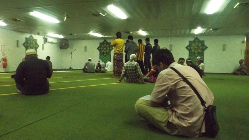 Suasana beribadah di Nurul Iman, masjid di atas kapal laut KM Tidar (foto: nur terbit)